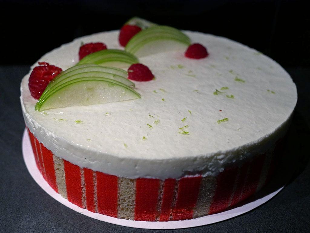 Entremets framboise et citron vert biscuit Joconde imprimé et dacquoise coco