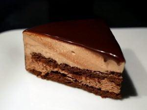 Entremets Prince noir : biscuit fondant chocolat, mousse chocolat au lait et chocolat noir