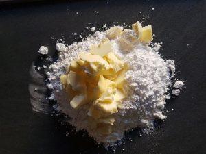Pâte sablée - couper le beurre froid en touts petits morceaux