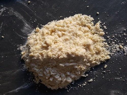 Pâte sablée - sabler entre les mains la farine et le beurre