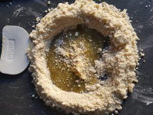 Pâte sablée - faire un puit et ajouter le liquide