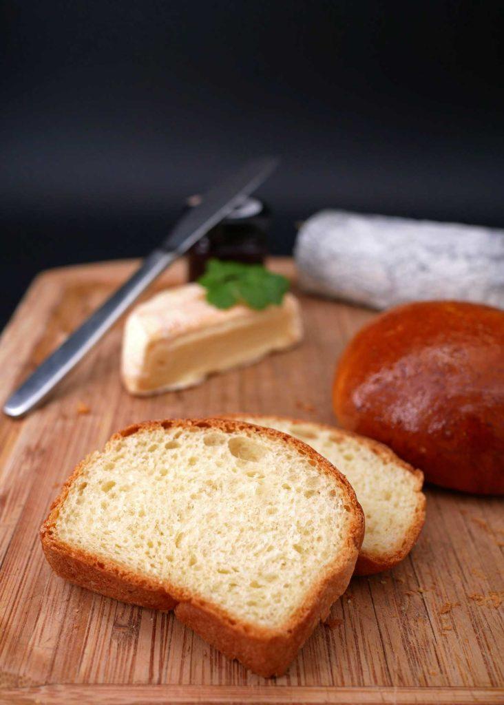 Le pain de mie au tangzhong est parfait pour la dégustation d'un plateau de fromage.