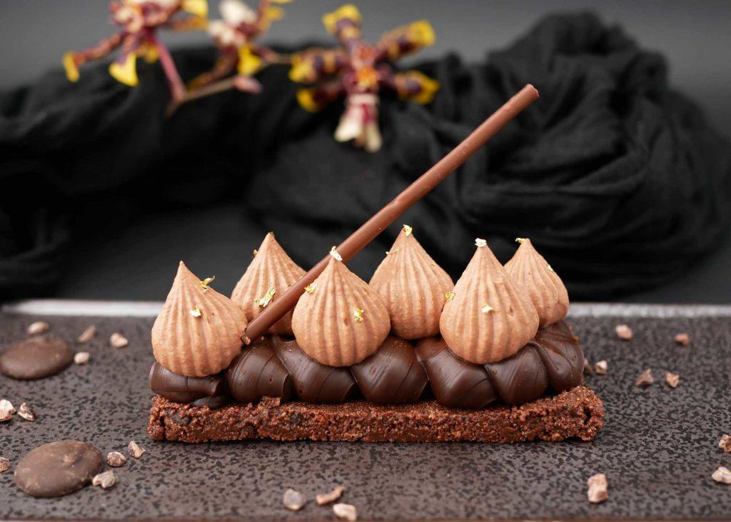 Tartelette chocolat noir absolu présenté en format rectangulaire