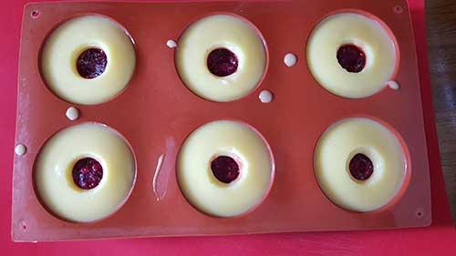 Crème citron - Ajoutez l'insert framboise encore congelé