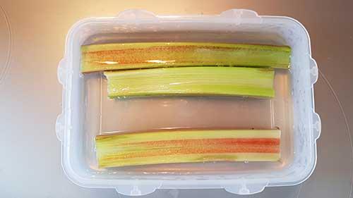 Pocher la rhubarbe au sirop chaud