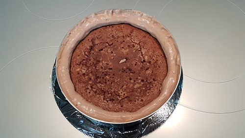 Montage du gâteau d'anniversaire - la première partie du brownie
