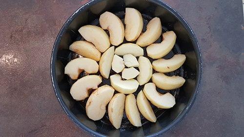 Gâteau aux pommes - Les disposer au fond