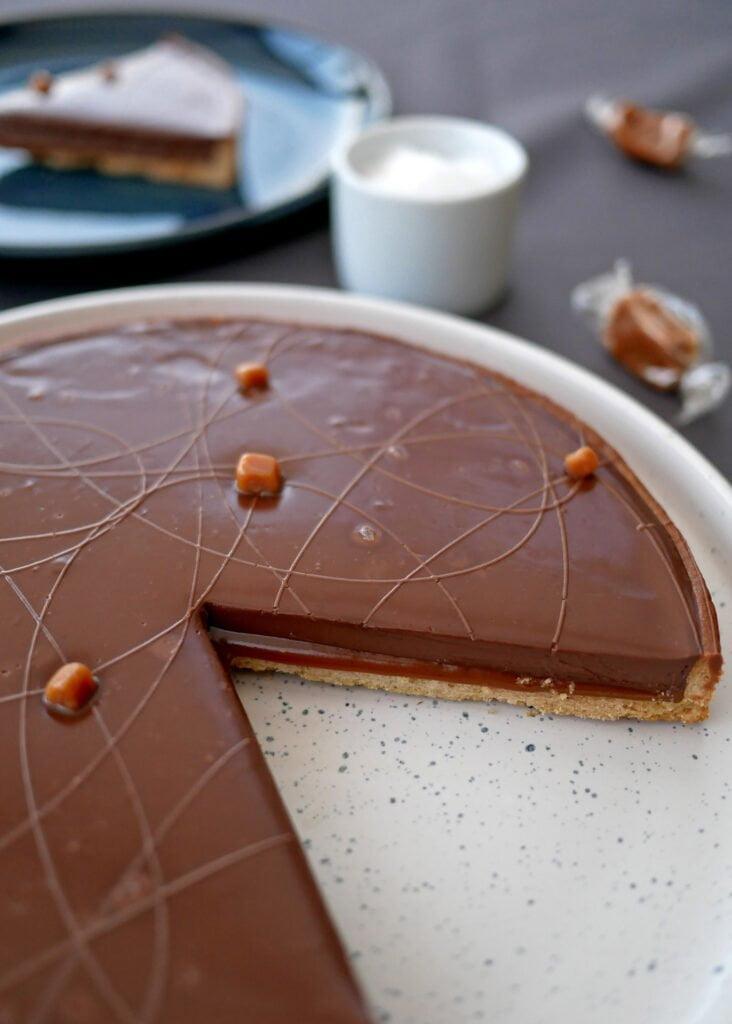 Tarte chocolat et caramel - la découpe avec son caramel coulant