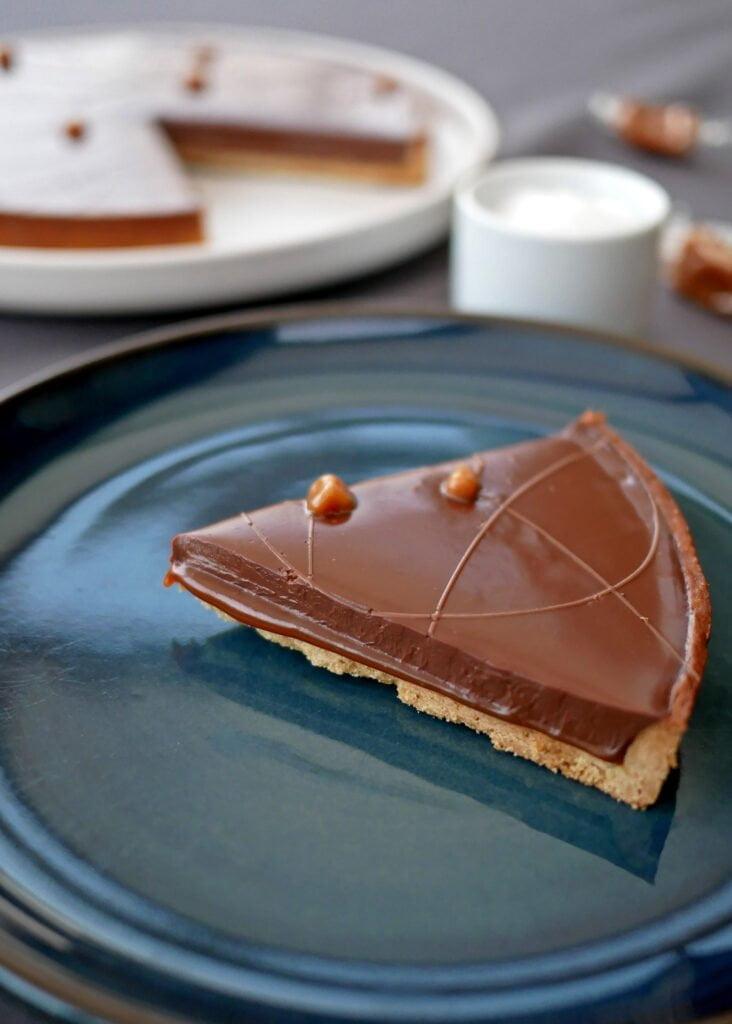 Tarte chocolat et caramel - la découpe de la part