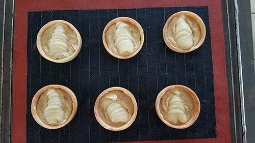 Montage tartelette poire chocolat - la crème d'amande et la poire