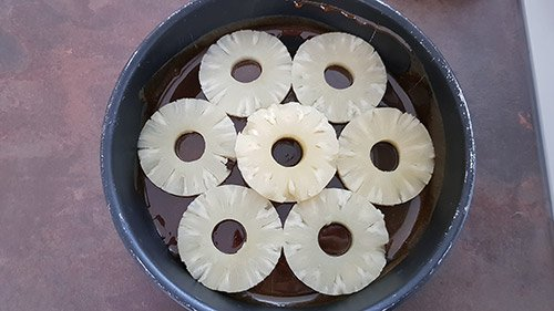 Le caramel - ajouter les rondelles d'ananas