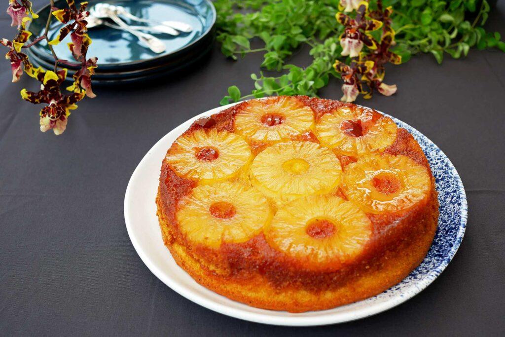 Gâteau ananas renversé entier vue de 3/4