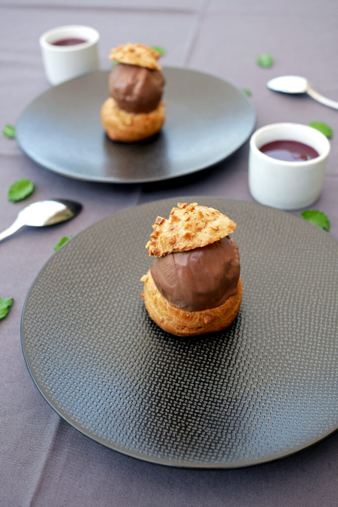 Profiteroles chocolat et coulis framboise